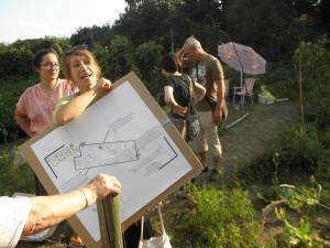Linda zeigt Ergebnisse des studentischen Projekts zur Beschilderung